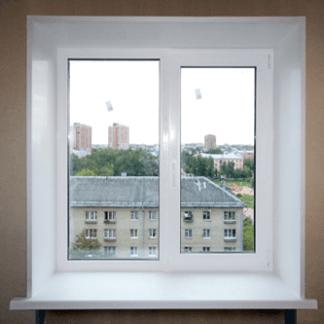новое окно с пластиковыми откосами и подоконником