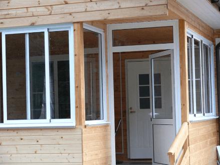 Раздвижное холодное остекление веранды и террасы в деревянном доме