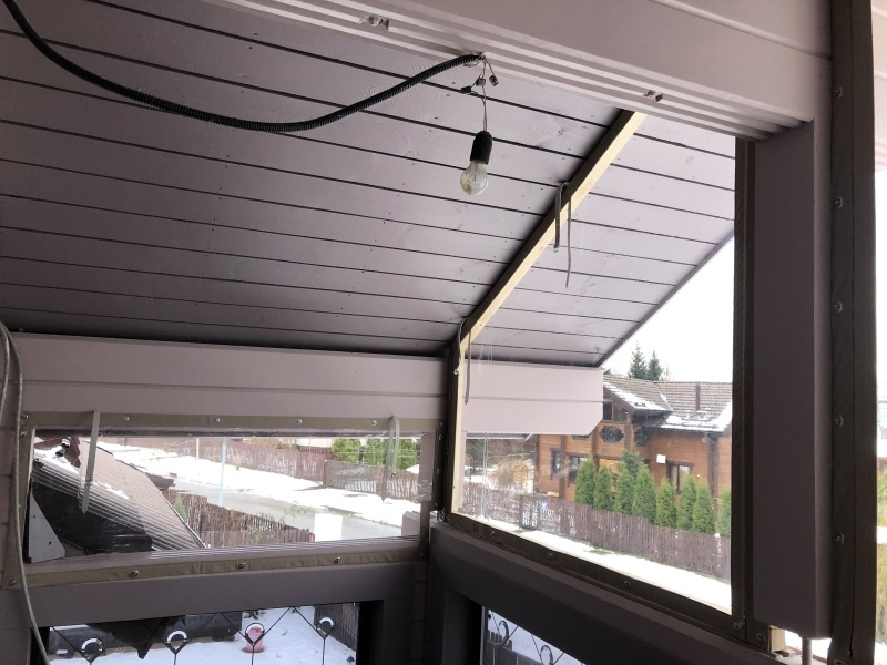 остекление баклона в коттедже мягкими окнами